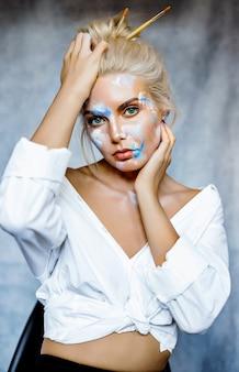 髪型と美しい若いブロンドの女性の創造的なファッションの美しさの肖像画。