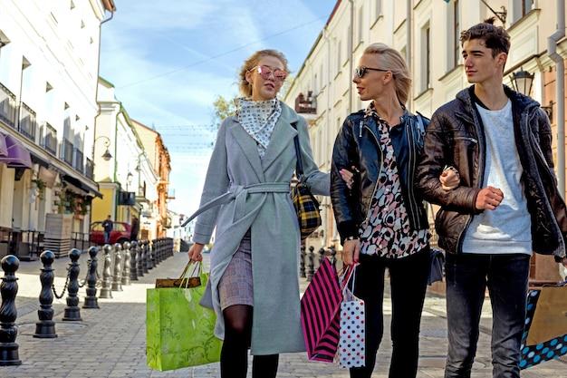 消費と購買力の象徴として多くの買い物袋を持つ人々