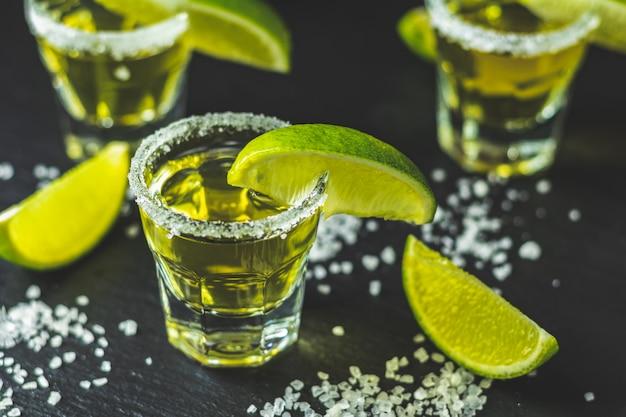 ライムと塩で撮影したメキシコのゴールドテキーラ