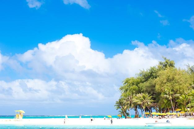これは、青い空の下のビーチで癒しの人々です。
