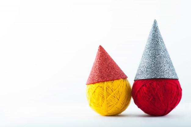 Красно-серая хвостатая шляпа на белом фоне