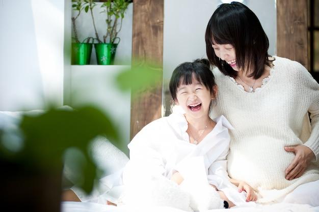 妊娠中の女性と子供には白さと清らかさが感じられます。