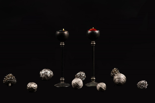 Елки и свечи на черном фоне