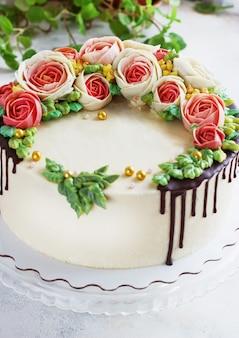 白バラの花と誕生日ケーキ