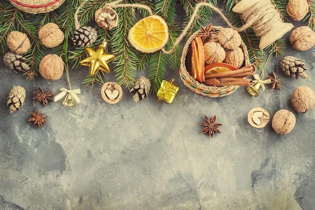Рождественская елка ветви на черном, как шаблон для тонирования рождественской открытки