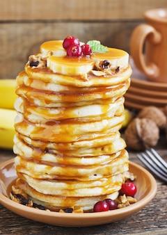 朝食にバナナ、クルミ、キャラメルのパンケーキ。