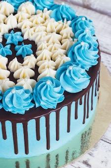 白地にクリームチョコレートのしずくと誕生日ケーキ