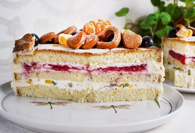 Разрезанный свежий домашний торт с мандаринами для новогодней вечеринки