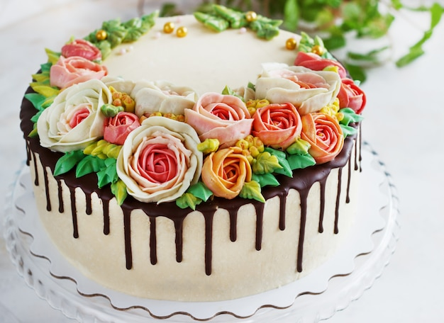 Торт на день рождения с цветами розы на белой поверхности