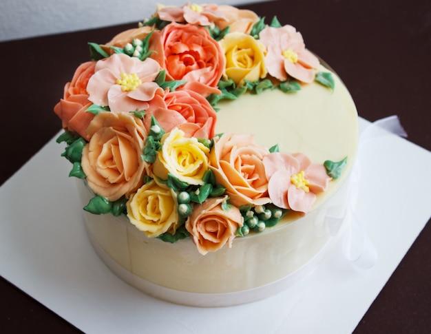 バラの花で誕生日ケーキ