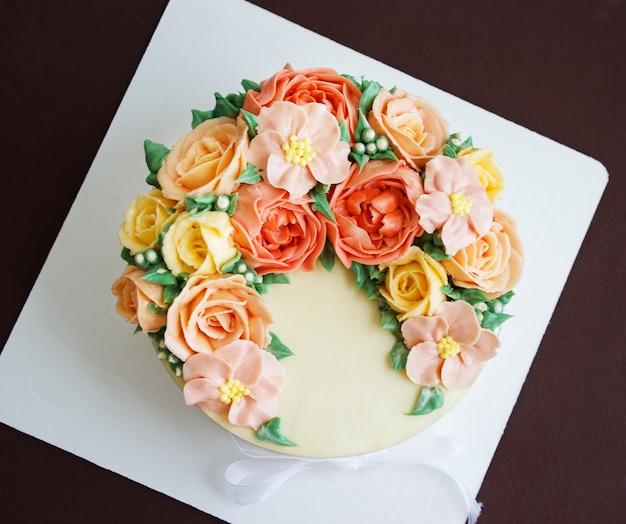 バラの花、トップビューで誕生日ケーキ