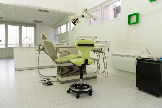 プロの歯科医のツールと歯科医院の椅子