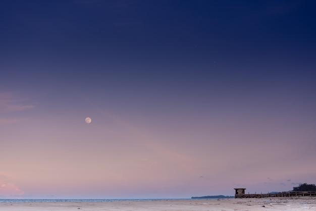 Пейзаж, морской пейзаж, белый песчаный пляж. атмосфера вечером, закат, ясно видно луну.
