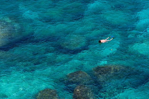 Аэрофотоснимок пара, заняться сноркелингом в море