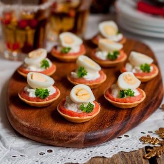 サーモン、チーズ、卵の小さなタルト
