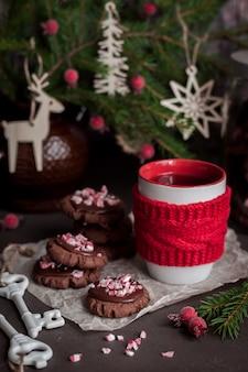 砕いたキャンディー杖とチョコレートのクリスマスクッキー