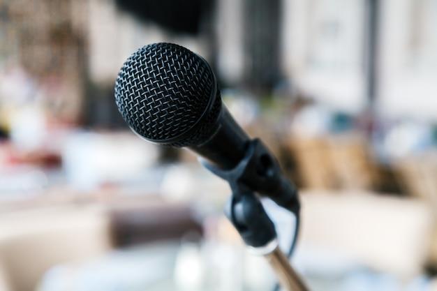 Макро черный железный микрофон стоит на сцене.