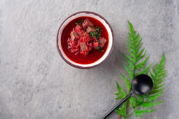 伝統的なウクライナ料理とロシア料理のボルシチ、ビートの赤いスープ