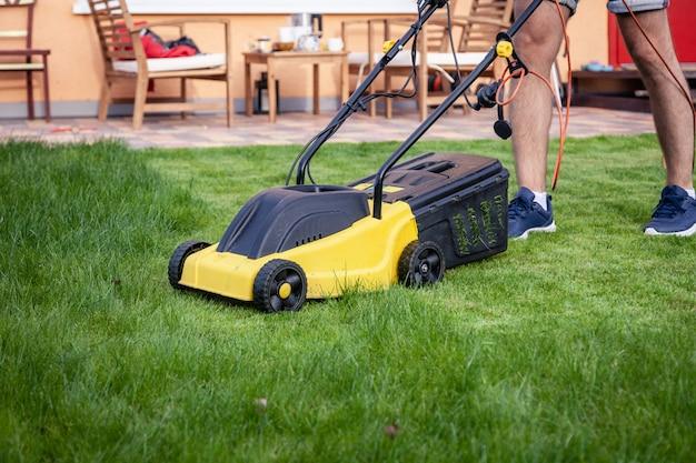 庭の芝刈り機