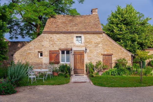 Красивый старый кирпичный дом