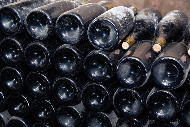 Старинные винные бутылки в старом винном погребе