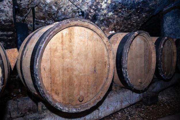 行の木製の巨大なワインオーク樽