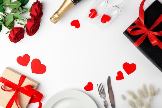 場所の設定、バラ、白いテーブルにプレゼント