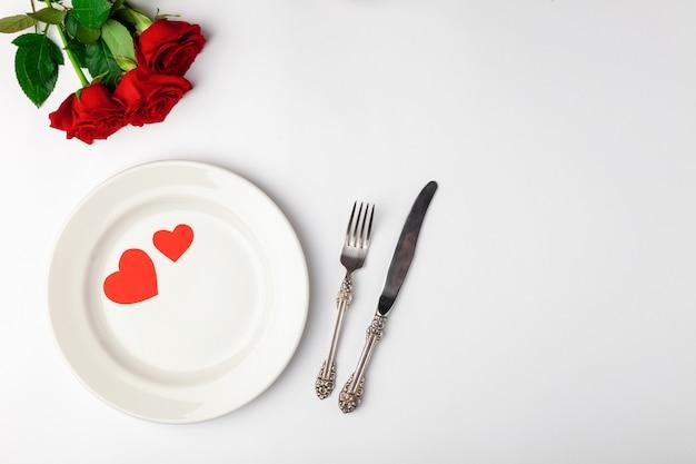 エレガントなテーブルセッティングと赤いバラ
