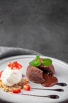 Белая тарелка с шоколадной помадкой торт с мороженым