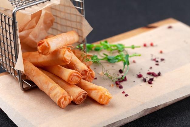 Горячая закуска к пиву, сырные палочки во фритюре, завернутые в рисовую бумагу