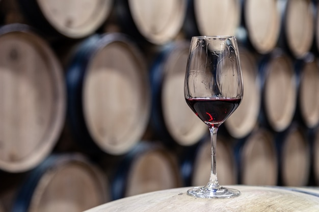 木製ワインオークバレルに赤ワインのクローズアップガラスは順番に、ワイナリーの古いセラー、ヴォールトにまっすぐに積み上げられました。プロの料理、ワイン愛好家、ソムリエ旅行
