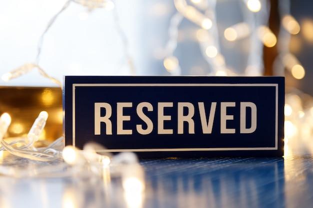 レストランのテーブルに単語予約スタンド付き長方形プレート