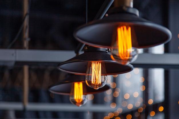 エジソンランプが付いている黒い鉄のロフトシャンデリア