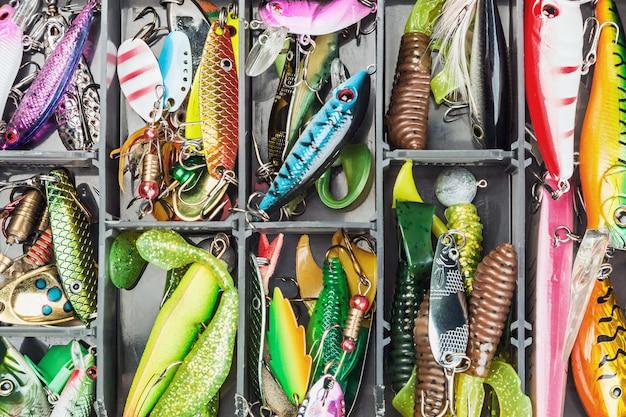 ボックス内の釣りのルアーとアクセサリー