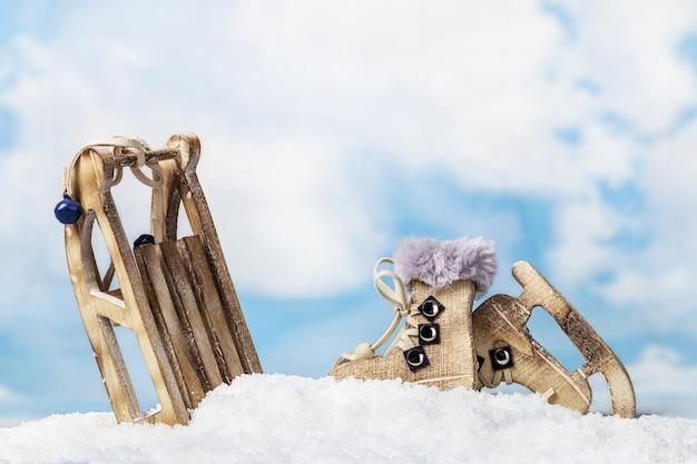 子供のクリスマスのおもちゃそりとスケート
