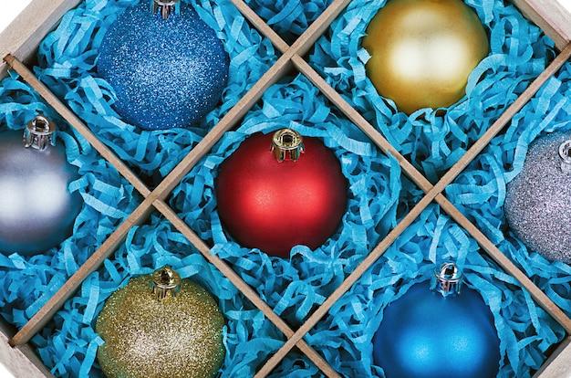木製の箱でクリスマスツリーのボール
