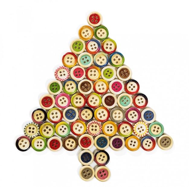 木製の彫刻が施されたボタンで構成されるクリスマスツリー