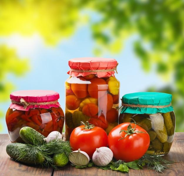 缶詰と新鮮な野菜