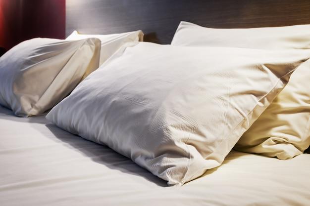 大型キングサイズベッドの枕