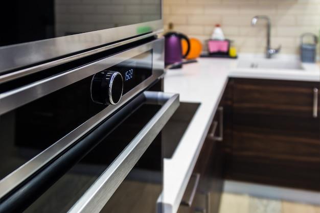 キッチンキャビネットに組み込まれたキッチン家電。