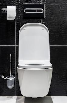 蓋が開いている白いセラミックのトイレ