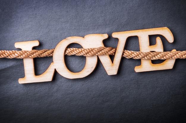 愛という言葉で刻まれた木製の手紙