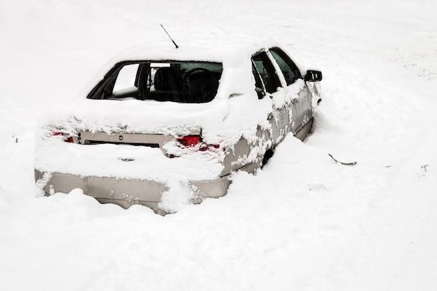 雪に閉じ込められた車