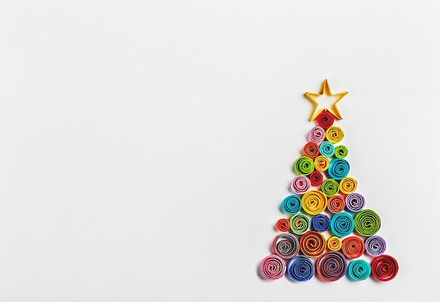 紙で作られたクリスマスツリー