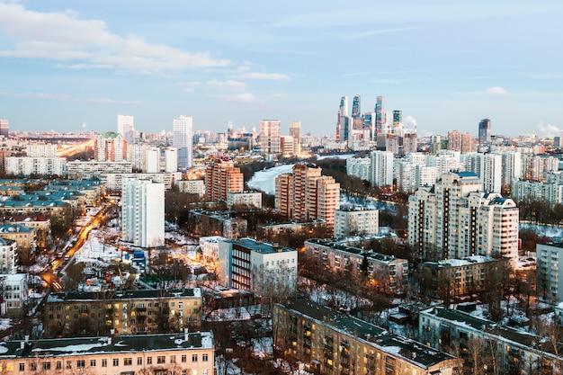 Вечерний вид жилого и финансового развития москвы