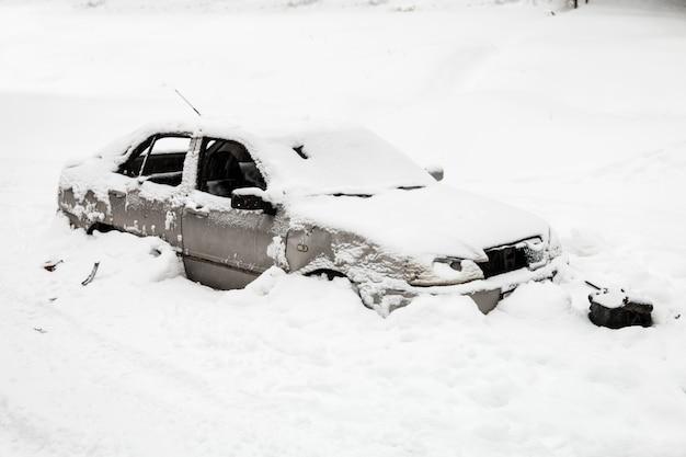 車は雪崩に見舞われた
