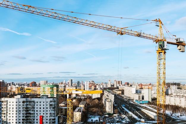建設の背景にタワー建設用クレーン
