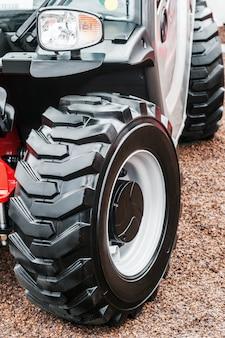 Большие тракторные колеса с протекторами