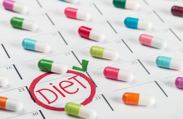 さまざまな色の錠剤がダイエット計画にあります