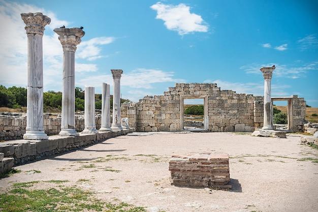 Древнегреческая базилика и мраморные колонны в херсонесе таврическом. севастополь, крым.